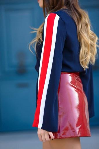 detail manche top sportwear bleu avec rayure blanche et rouge