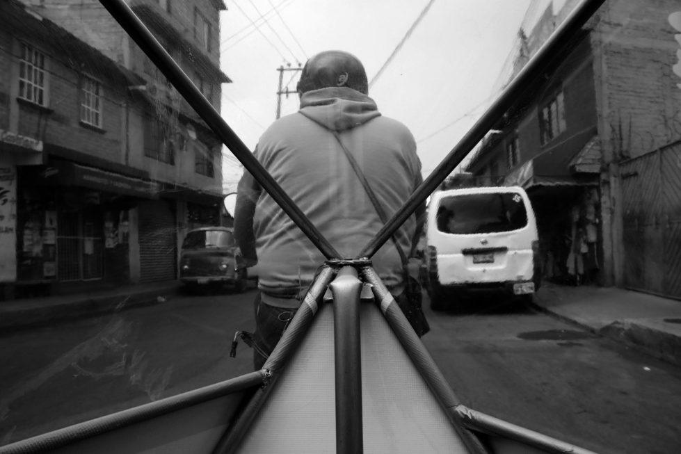 """Fotografía tomada desde un transporte público local conocido como """"Moto Taxi"""". La calle que se observa es Villa Frati"""