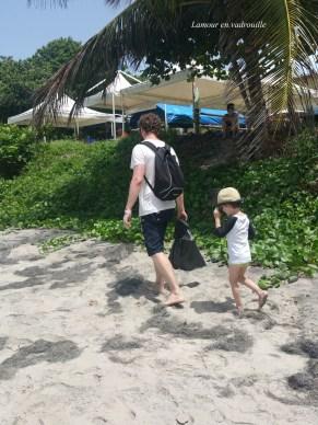 Nettoyer la plage avec les enfants