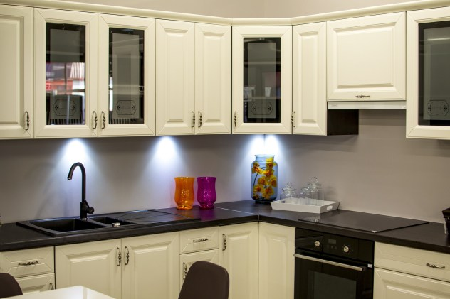 Cabinet lighting in kitchen