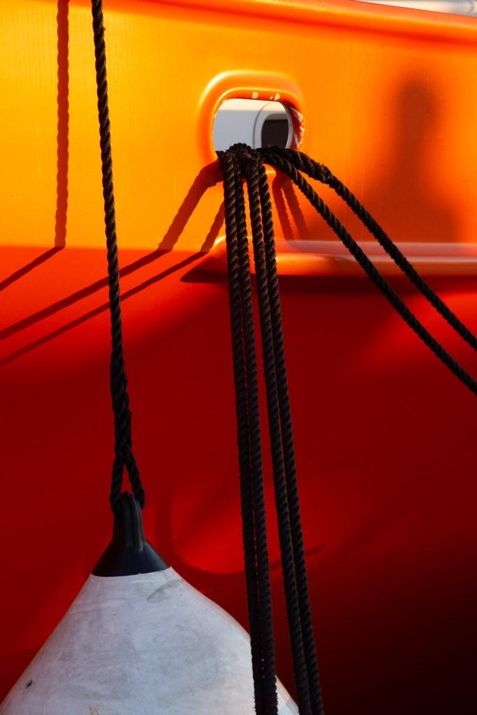 Une balance des blancs de lumière du jour met en valeur notre bateau orange.