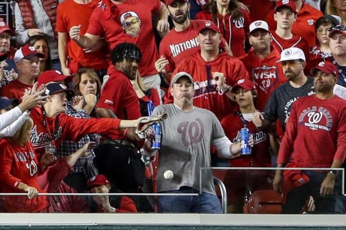 Por recibir un pelotazo y no dejar caer su bebida recibirá cerveza de por vida gratis