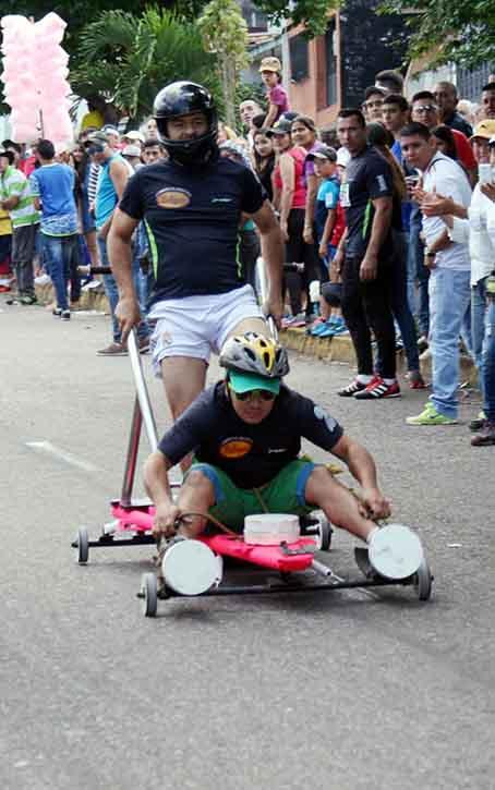 La Nación. La competencia de carruchas es uno evento popular que disfruta el pueblo, y sin pagar entrada.