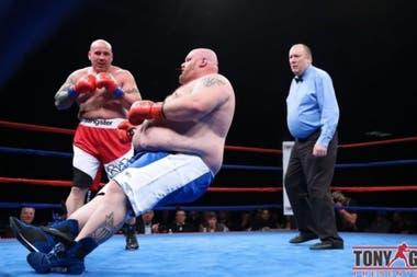 El brutal nocaut que sufrió un boxeador de 186 kilos en su debut