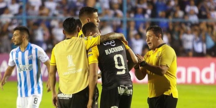 Copa Libertadores: el penalti peor cobrado en The Strongest vs Tucumán