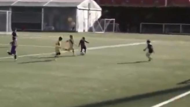 Thiago Messi ya marca goles como su padre con el Barça
