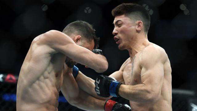 Descalificaron a luchador de UFC por golpear a su rival tras noquearlo