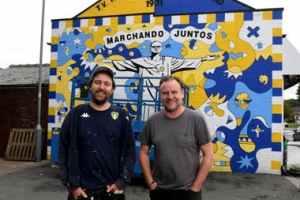 Los artistas Andy McVeigh (izquierda) y Nicolas Dixon frente al mural en Oldfield Lane, Wortley, Leeds.Crédito: Simon Hulme / yorkshirepost.co.uk