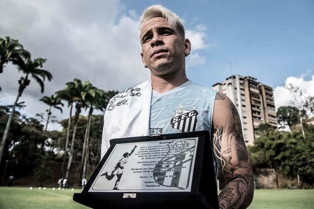 Soteldo fue reconocido en Venezuela por sus 100 juegos en el Santos