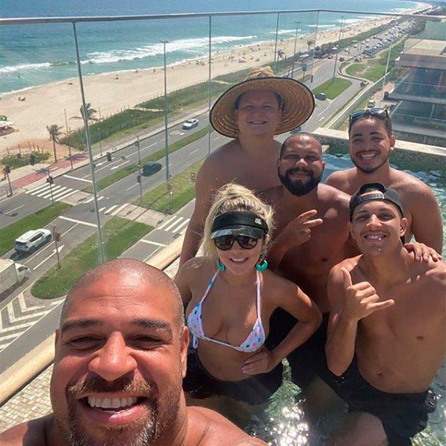 Adriano junto a amigos y familiares disfrutando de las instalaciones del hotel en el que vive. | Foto: Infobae