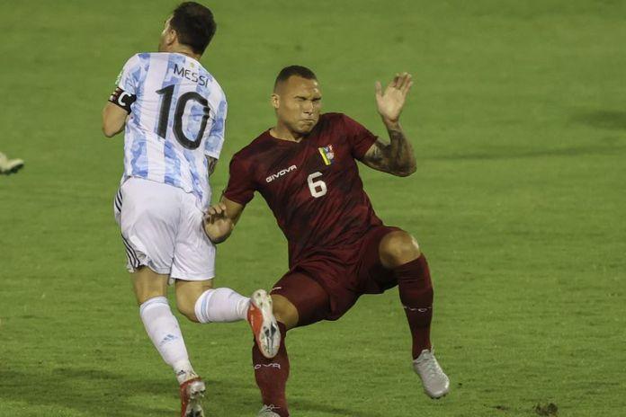 El top 10 de las patadas a Messi:La del venezolano Adrián Martínez está en la lista
