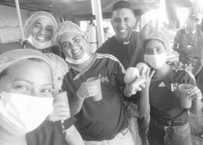 Padre Jhonny Arias y parte de sus colaboradores (Foto Cortesía)