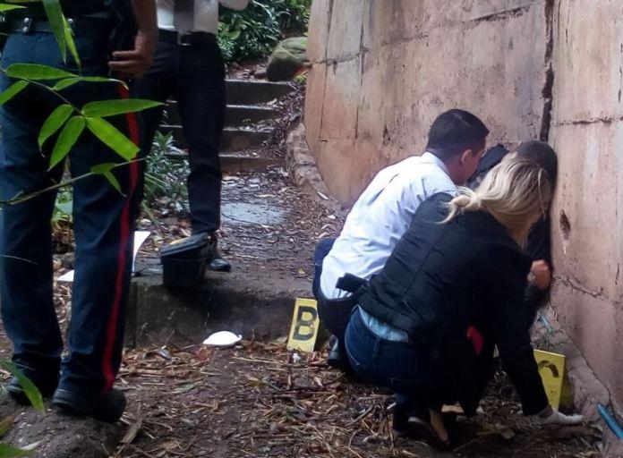 En la vereda 5 del barrio El Paradero, cerca de donde mataron al desconocido, existe una capillita en memoria de otra persona víctima de homicidio, según el comentario de vecinos