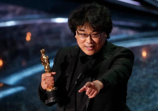 """El director Bong Joon-ho acepta el Oscar a la Mejor Película en Lengua Extranjera por """"Parásito"""" de Corea del Sur en los 92 Premios de la Academia en Hollywood, Los Ángeles, California, Estados Unidos, 9 de febrero de 2020."""