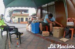 En la soledad de las calles, vendedores informales ofrecen productos alimenticios. (Foto/Johnny Parra)