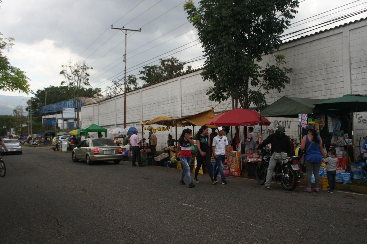 """""""Bazar de la Cuarentena"""" instalan informales en avenida de la zona industrial de Paramillo"""