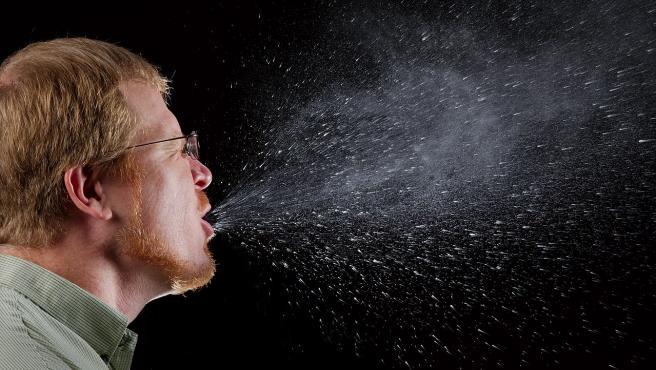 Cuánto tardan en evaporarse las gotitas de saliva que pueden llevar el coronavirus