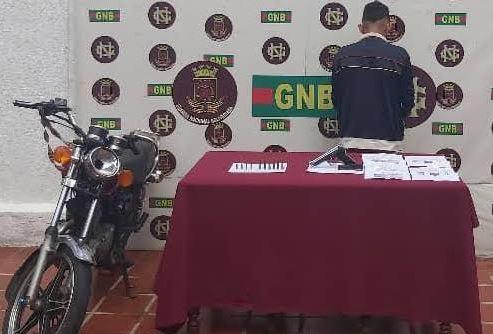 El presunto paramilitar fue detenido tras persecución en motocicleta por diversos sectores de La Fría (Fotos: Prensa Czona No. 21 GNB Táchira)
