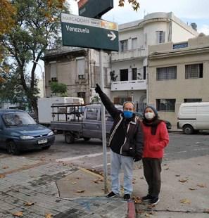 Junto a su esposa Doris, durante uno de los tantos recorridos realizados por la capital de Uruguay.