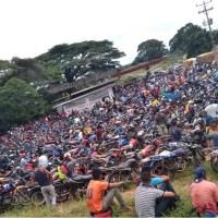 Conductores de El Palmar trancan vías al tener más de dos meses sin gasolina