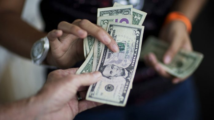 Fedecámaras prevé que continúe alza del dólar en diciembre