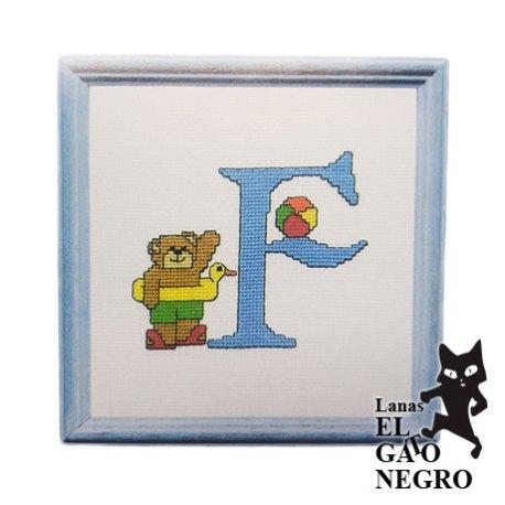 bordado letra F osito azul