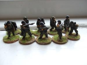 2x MG42 teams moving
