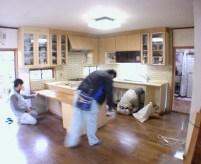 既設のキッチンの解体中です。