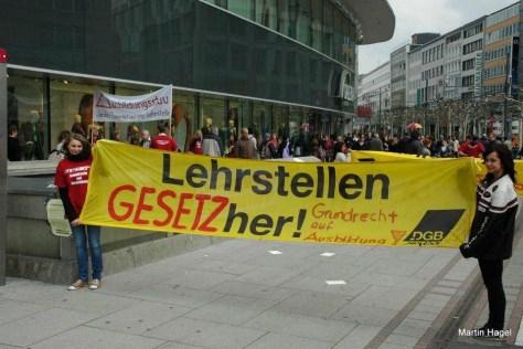Als Schülervertreterin auf einer Demo: Natalie Pawlik (links). (Foto: Martin Hagel)