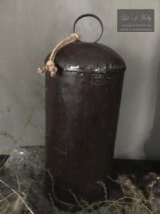 Oude metalen koeienbel uit India met houten klepel