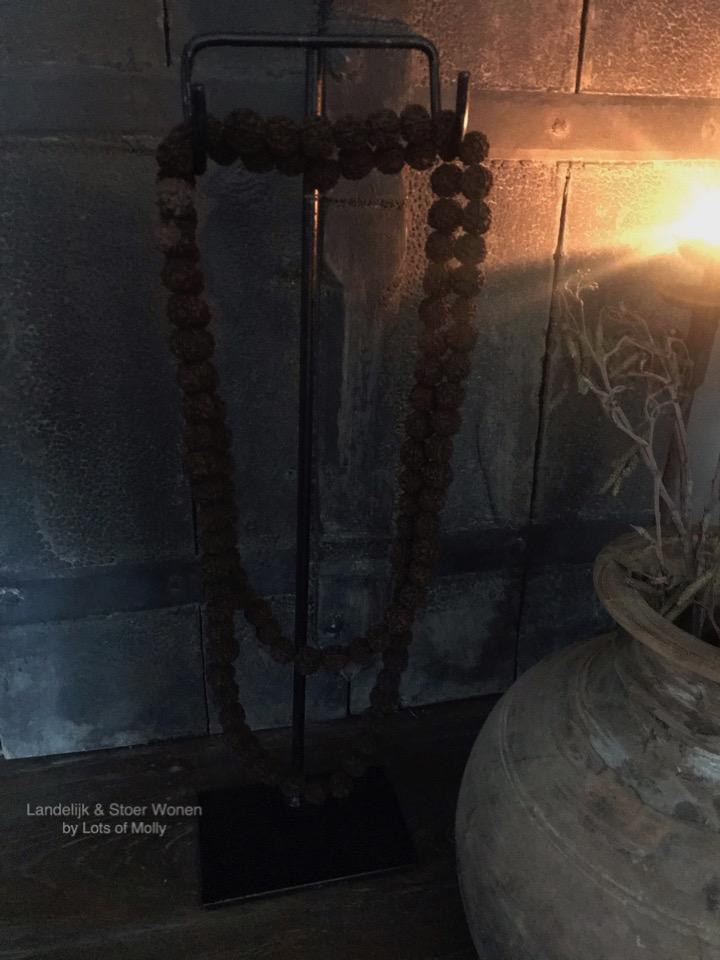 Kralenkrans Rudraksha roseryop een ijzeren statief