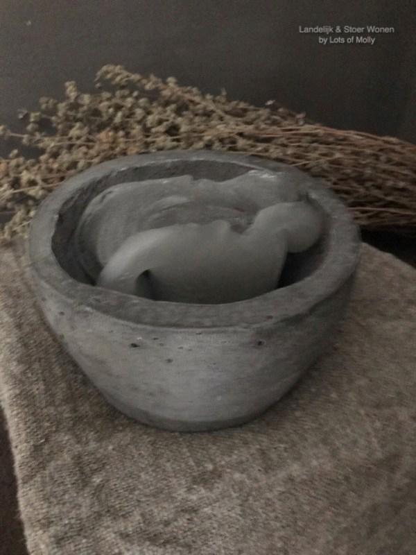 Vijzel van beton van Aura Peeperkorn