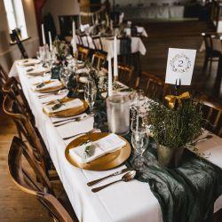 Tischdekoration Kräuter, grünes Käsetuch als Läufer