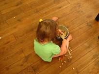 Sorgsam gesäuberte Mirabellenkerne und Brot
