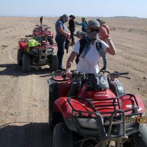 Сафари по пустыне в Хургаде : туристы катаются на квадроциклах