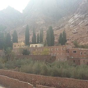 Экскурсия подъем на гору пророка Моисея из Шарм Эль-Шейха : фото горы и монастыря Св. Екатерины
