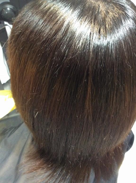 縮毛矯正のアフターの写真です。ドライヤーで乾かしただけの写真です。毛先部分のジリジリが治り、水分が髪の毛に補給されてシットリして髪の毛の色が落ち着いた事が確認出来ます。