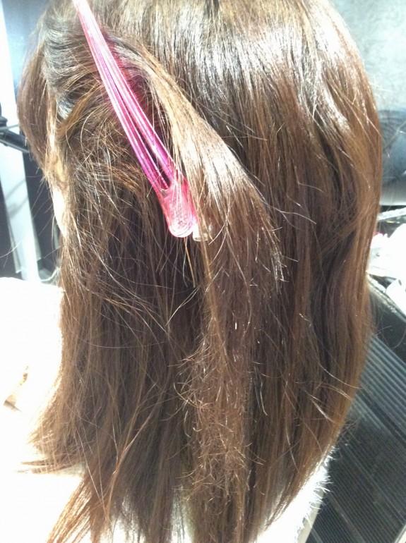 縮毛矯正前の画像です。サイドの髪の毛を中心に持って来てダッカールで止めてよく見えるようにして写しました。指が通らなくてカリカリしています。そのほかの髪の毛はそんなに傷みは酷くないです。