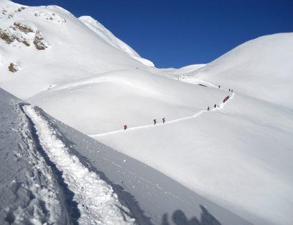 Trekking trail to throrong la pass