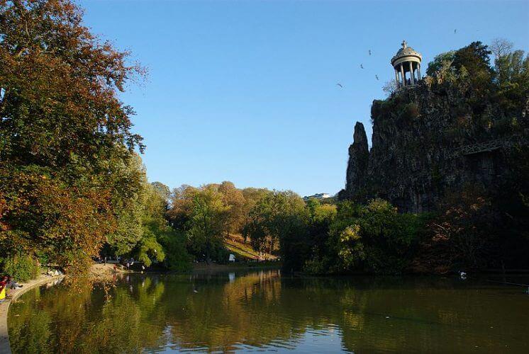 A picture of the ever tranquil Parc des buttes Chaumont