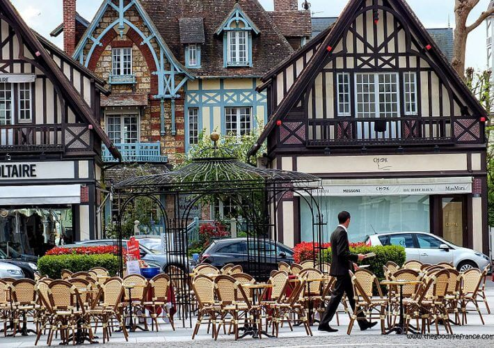 An image of a few shops in the streets of Deauville