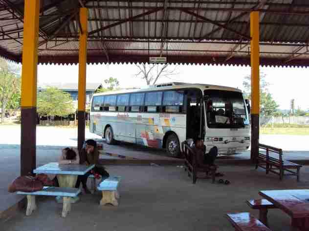 Bushaltestelle ausserhalb Ban Houayxai
