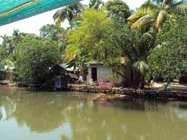 Ärmliche Hütten am Ufer