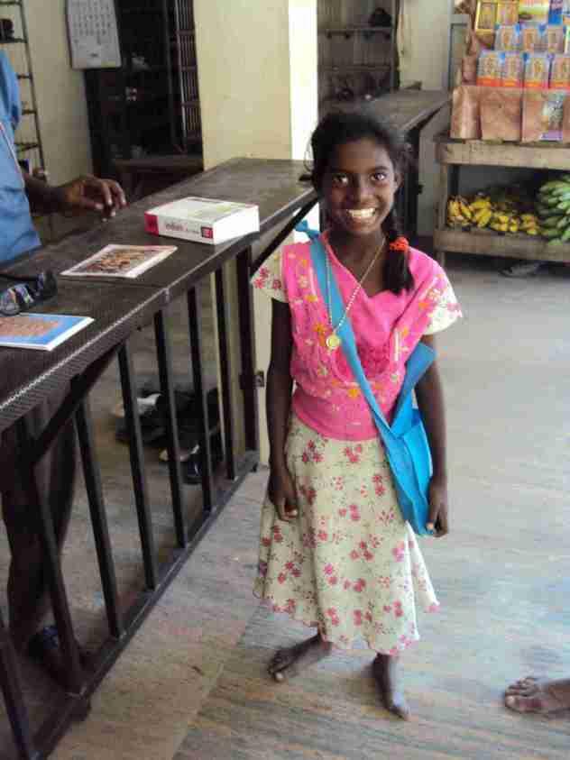 Kleines Mädchen beim Eingang zum Tempelbezirk