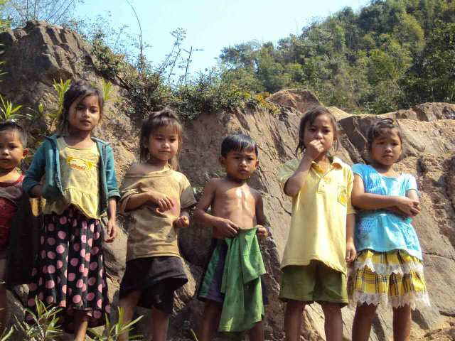Backpacking in Laos - Children at the Nam Ou River