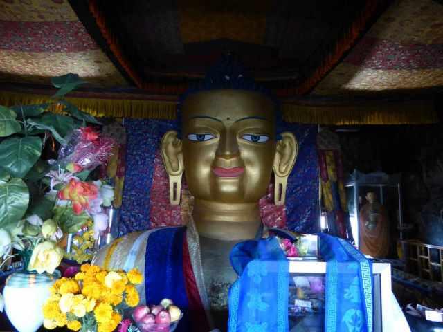 Buddha mit freundlichem Lächeln im Gesicht