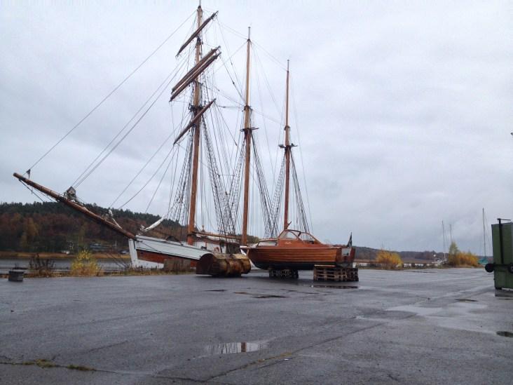 Båten på bilden (på land) ska tydligen vara en av de sista som tillverkades i Tore Holms varv.