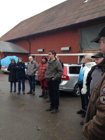 Gruppen samlas på gårdsplanen och Joakim, ordförande för LRF kommungrupp hälsar välkommen.