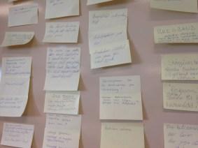 Efter presentationen fick de de närvarande i grupper skriva ner de tankar som de vill skicka med i arbetet framöver.