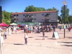 Bra med folk på Piazzan bland försäljare och lotter
